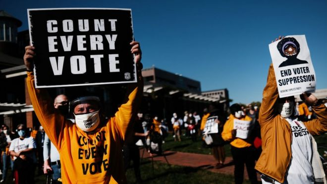 Manifestación a favor de que se cuenten todos los votos en Pensilvania.