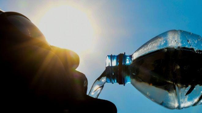 คนดื่มน้ำ
