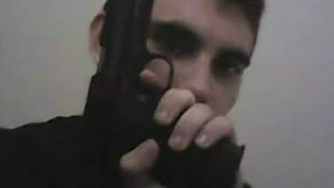 Nikolas Cruz con un arma