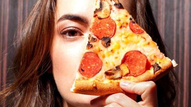 Девушка и пицца