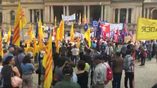 """Người biểu tình hô """"Phuc Nguyen, go home"""" """"Hun Sen, go home"""" """"Suu Kyi, go home"""" trong video live trực tiếp từ buổi biểu tình hôm 17/3 tại tòa thị chính Sydney."""