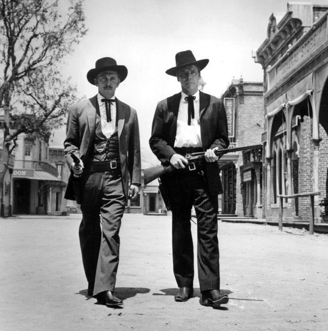 كيرك دوغلاس وبيرت لانكستر في فيلم النزاع المسلح في أو كيه كورال عام 1957