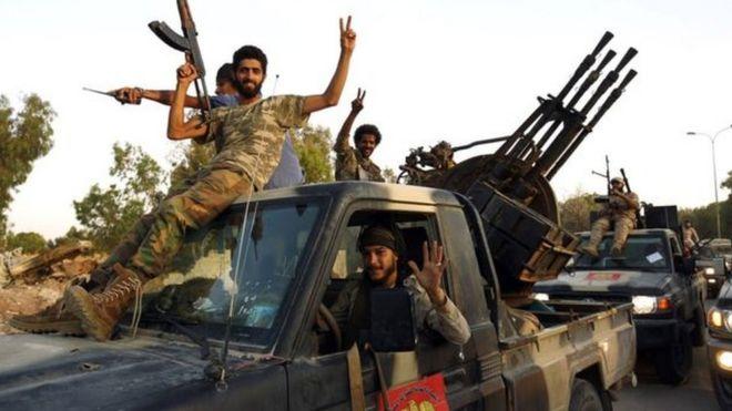 ليبيا: طرابلس تعلن الاستنفار لمواجهة قوات حفتر _106294174_2