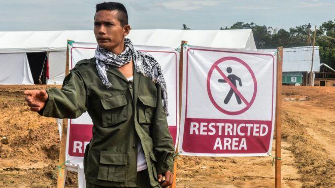 Un guerrillero controla el ingreso a la zona de la X Conferencia de las FARC.