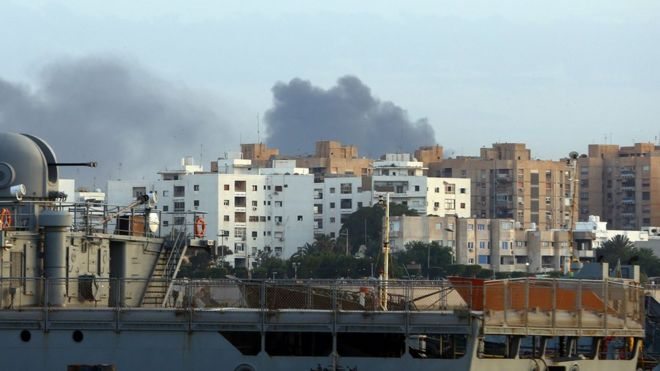Дым поднимается над столицей Ливии Триполи после столкновений 26 мая 2017 года