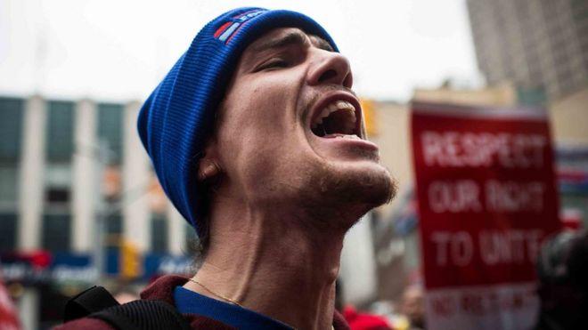 Trabajador protesta en EE. UU. exigiendo alza del salario mínimo a US$15 la hora.