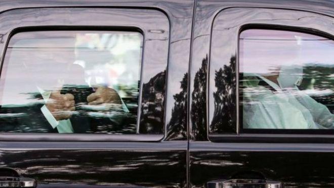 ترامب، داخل السيارة، يرفع إبهاميه تحية لمؤيديه خارج المستشفى