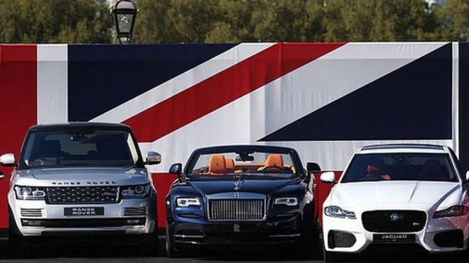 Автомобили перед флагом Юнион Джек