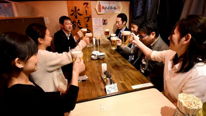 """В последнюю пятницу каждого месяца работники в Токио уходят из офиса в три часа дня - это называется """"премиальная пятница"""". Цель - все та же, попытаться сбалансировать трудовую деятельность и личную жизнь"""