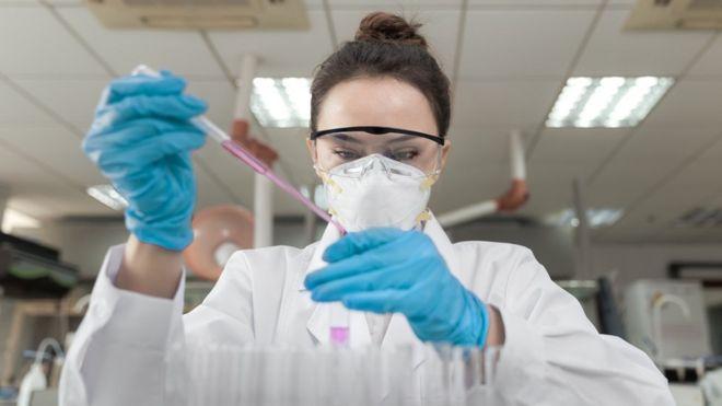 Científica en un laboratorio hace pruebas con una pipeta