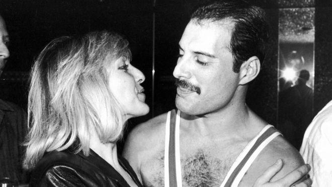 Mary Austin y Freddie Mercury durante el cumpleaños 38 de Mercury en Londres, en 1984.