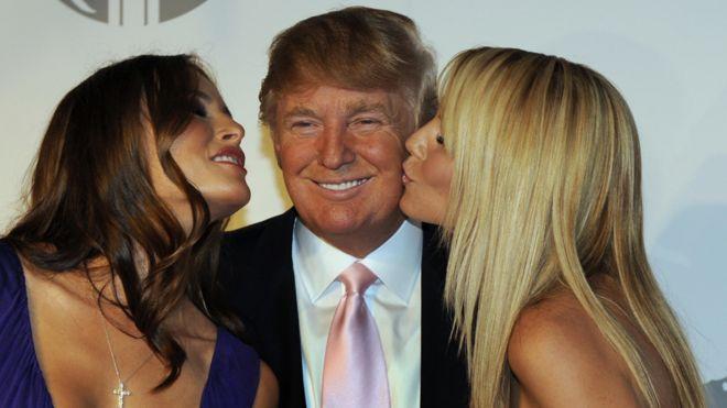 Trump en una imagen de 2008 acompañado por dos modelos.