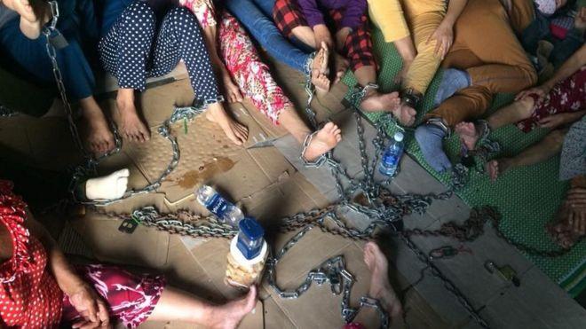 Hình ảnh nhiều người phụ nữ xích chân ở Quảng Nam nhanh chóng lan truyền trên mạng