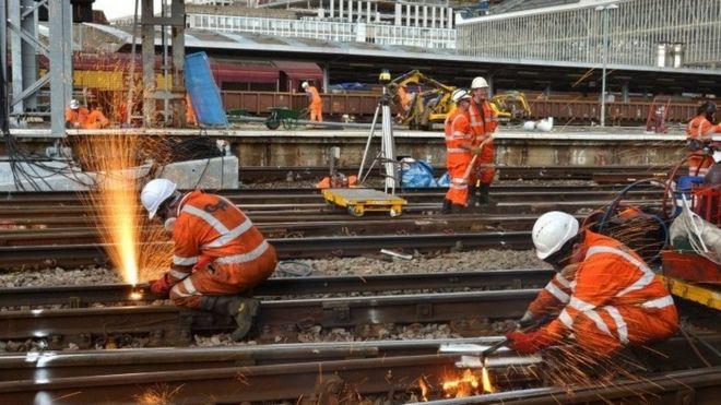 Железнодорожники, выполняющие инженерные работы