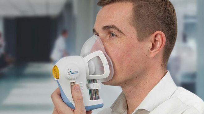 Voluntário usando a máscara que está sendo testada para detecção de câncer
