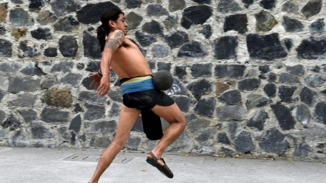 لاعب يمارس لعبة أولاما