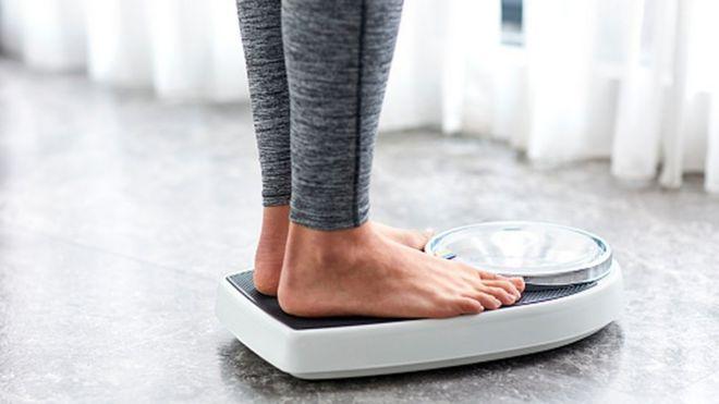 Mujer sobre una pesa
