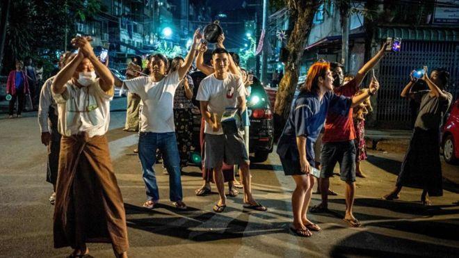 Người dân dùng đập nồi gây tiếng động để biểu tình