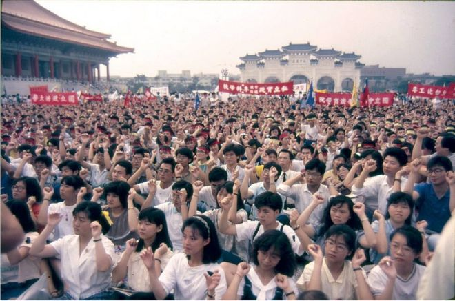 """1989年六四鎮壓後,許多學生聚集在廣場上哀悼""""罹難大陸同胞""""與聲援中國民主。(Wang Hsin Yang)"""