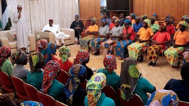 Le président Buhari s'adressant, dimanche 7 mai 2017, à Abuja, aux filles libérées par le groupe Boko Haram.
