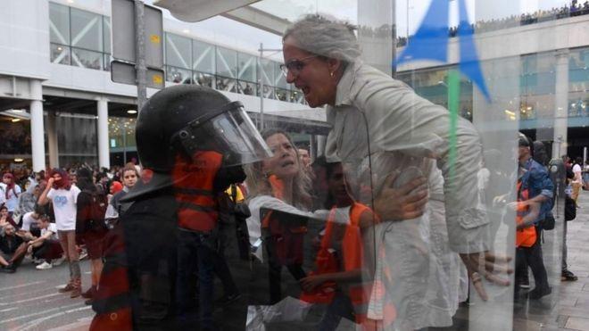 Una mujer se enfrenta a un policía