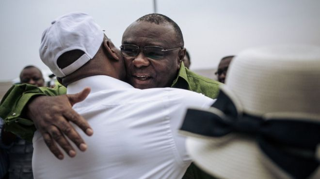Jean Pierre bemba akipokewa katika uwanja wa ndege Kinshasa na mpinzani Martin Fayulu - mgombea urais wa mwaka jana kupitia muungano wa Lamuka