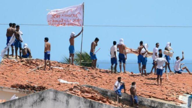 Presos no teto da cadeia de Alcaçuz, em Natal (RN)