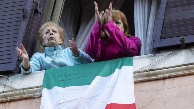 意大利,3月封城措施后,两名妇女参加居民大合唱。