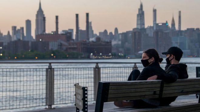 Jóvenes con mascarilla en Nueva York