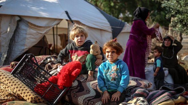 سوريون في مخيم