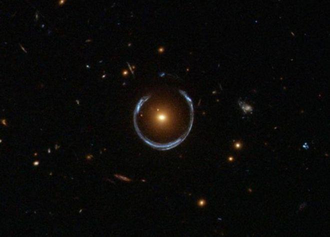 ปรากฎการณ์เลนส์ความโน้มถ่วงที่เกิดขึ้นจากดาราจักร LRG 3-757 ซึ่งกล้องโทรทรรศน์อวกาศฮับเบิลบันทึกภาพไว้ได้
