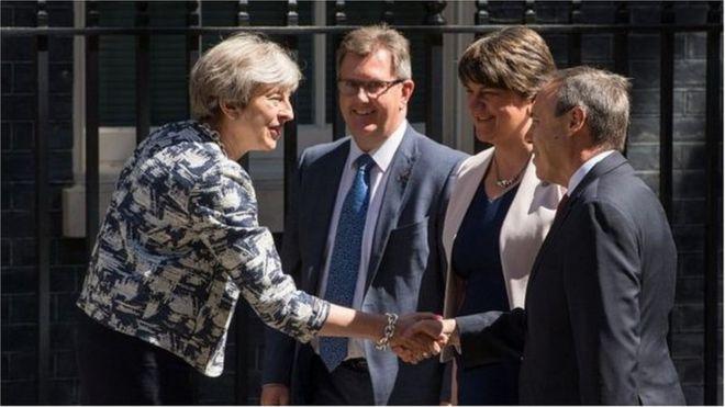 Премьер-министр Тереза ??Мэй с лидером DUP Арлин Фостер и двумя депутатами от партии - сэром Джеффри Дональдсоном и Найджелом Доддсом