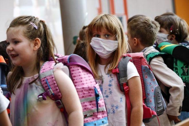 Escola na Alemanha retomou aulas e alguns alunos voltaram com máscaras