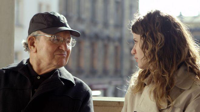 """Julio Gartner junto a la presentadora Marina Kagan en el documental """"Sobreviví al Holocausto"""", del cineasta Marcio Pitliuk"""