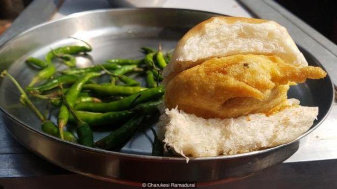Vada pav là viên khoai tây chiên được kèm bánh mì mềm với ớt xanh cay.