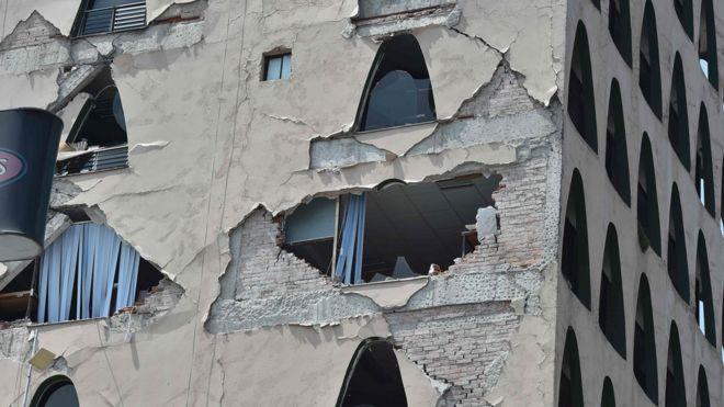 Здание, поврежденное после землетрясения в Мехико