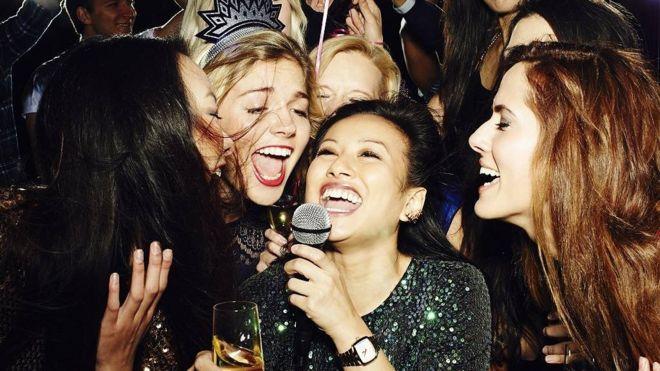 Chicas cantando karaoke