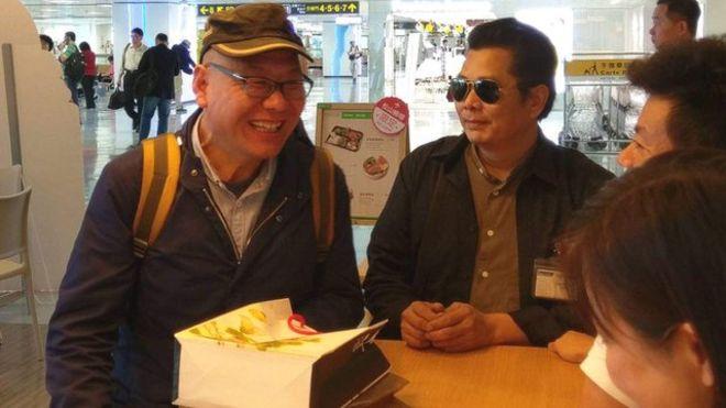 来台旅游无预警跳机的中国民运人士张向忠(左)最后变成一般旅客回国