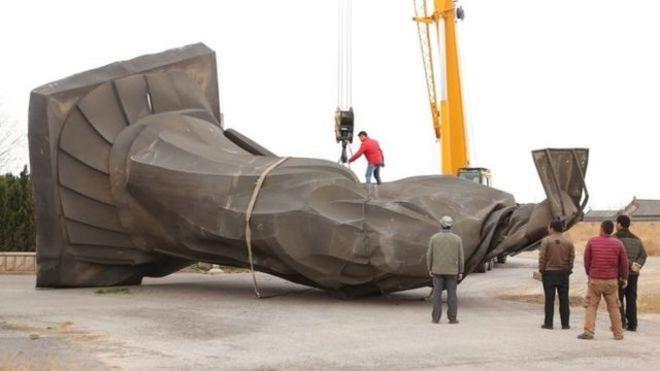 """Đầu của tượng hoàng đế 6 tấn dẹp """"như chiếc bánh kếp"""", theo truyền thông trong nước."""
