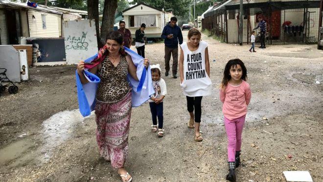 """Gitanos que viven en el campamento conocido como """"River"""", a las afueras de Roma."""