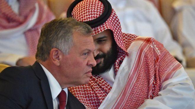 العاهل الأردني الملك عبد الله الثاني وولي العهد السعودي الأمير محمد بن سلمان في مؤتمر مبادرة الاستثمار المستقبلي في العاصمة السعودية الرياض في 23 أكتوبر/تشرين الأول 2018.