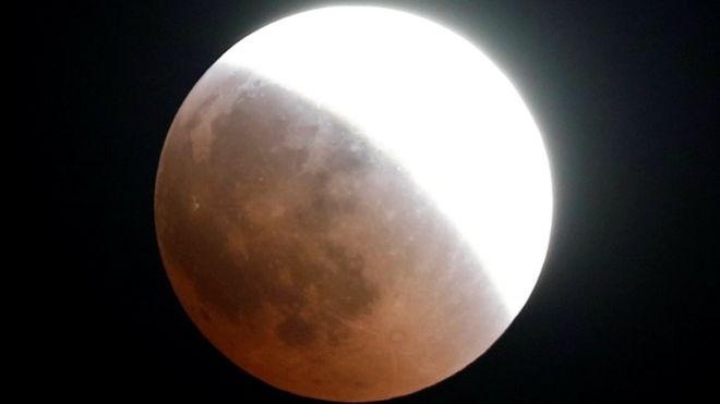 Eclipse visto desde El Cairo, Egipto.