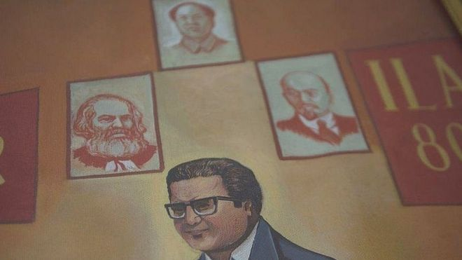 Figura de Abimael Guzmán junto a las de Karl Marx, Mao Zedong y Vladimir Lenin.