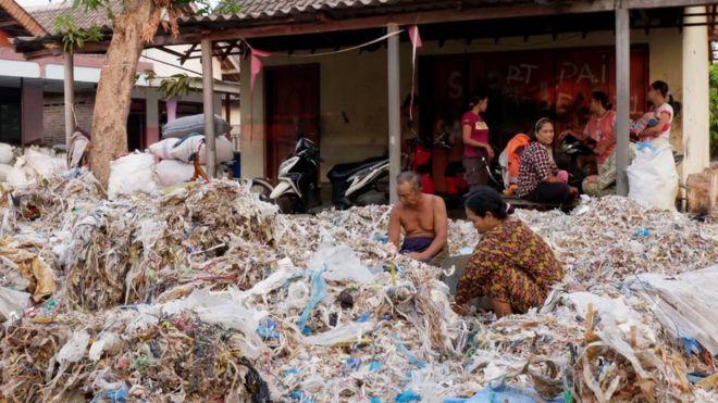 Pobladores locales hurgando en el plástico