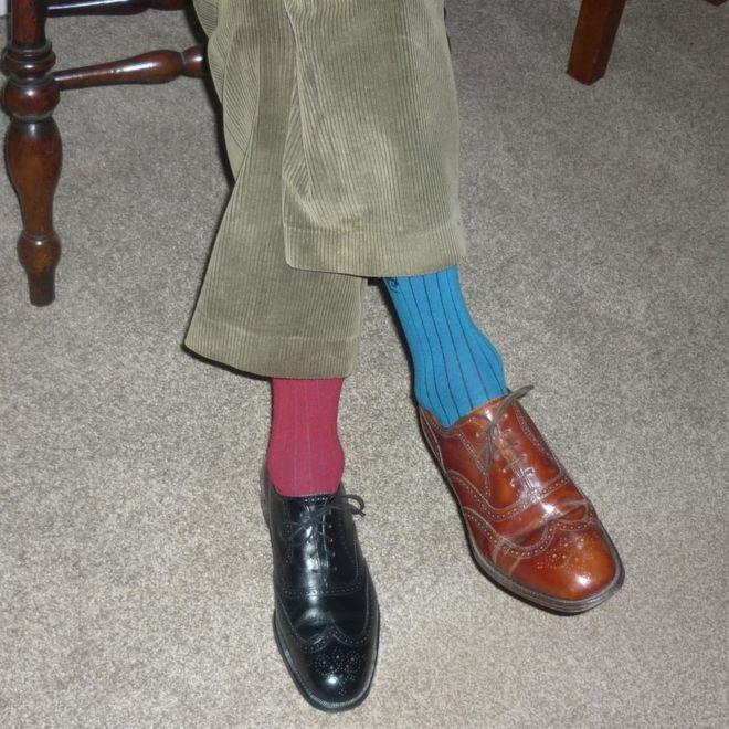 قدمان داخل جورب وحذاء متناقضي الألوان