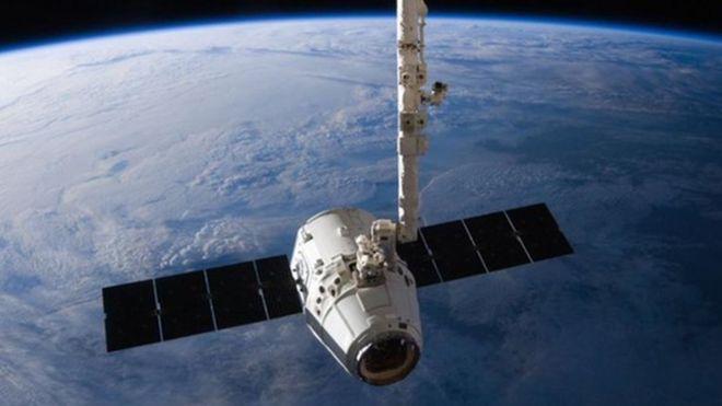 Грузовая капсула SpaceX Dragon приближается к Международной космической станции в 2016 году