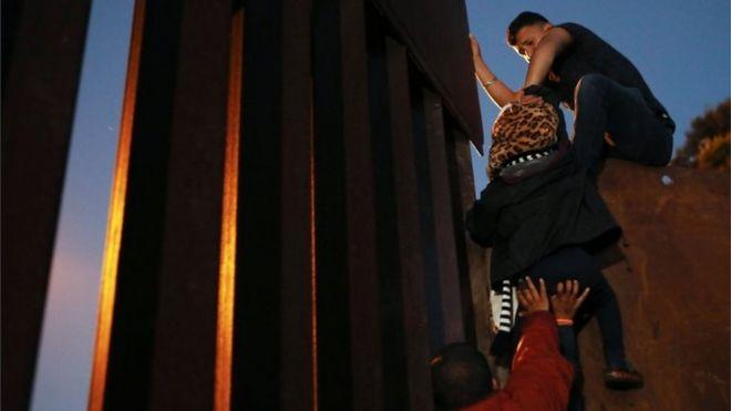 بسیاری از مهاجران کودکان خردسال به همراه دارند