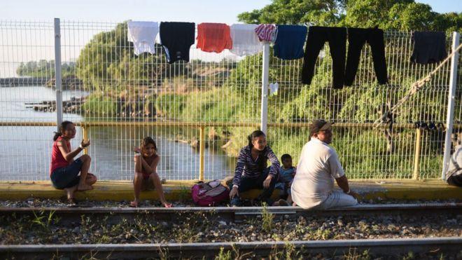 Inmigrantes centroamericanos en un puente fronterizo entre Guatemala y México