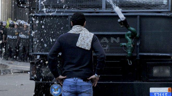 شاب يواجه مدرعه في مصر