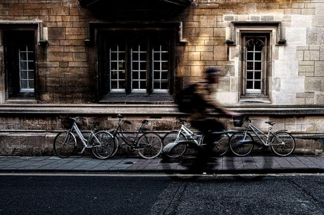 طالب على دراجته الهوائية